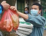 VIDEO: Người dân Hà Nội ở khu vực cô gái nhiễm COVID-19 nhận tiếp tế đồ ăn từ bên ngoài