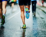 Nằm đo đường trong những cơn mưa đầu hè chỉ vì đế giày bị mòn, đây là cách chữa đế mòn nhanh nhất