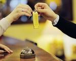 Vì sao khi nhận phòng khách sạn bạn nhất định cần phải xem đồng hồ?