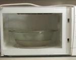 Đặt tô nước này vào lò vi sóng quay 5 phút, tất cả dầu mỡ, thức ăn bám bẩn chỉ cần lau nhẹ là ra