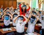 Thứ trưởng Bộ GD&ĐT: 'Không có hướng dẫn nào học sinh phải đeo tấm chắn giọt bắn'