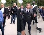 Đang đi bộ cùng vợ hơn 25 tuổi, Tổng thống Pháp gặp 'sự cố' và cách giải quyết thuyết phục