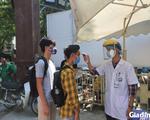ẢNH: Người dân khai báo y tế bắt buộc, đo thân nhiệt khi đến bệnh viện