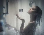 Chị em phải bỏ thói quen tiểu đứng khi đi tắm ngay nếu không muốn đối mặt với căn bệnh nguy hiểm này