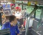 Bị nhắc đeo khẩu trang, người đàn ông phun nước bọt vào phụ xe buýt