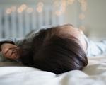 Thảm kịch xảy ra giữa khuya khi bố lăn lộn rồi đè lên con trai 3 tháng mãi đến sáng sớm mới phát hiện cảnh tượng đáng sợ