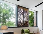 Ngôi nhà phố có những cánh cửa gỗ trổ hình tam giác gây hiệu ứng đặc biệt trong nhà