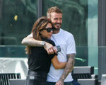 Ở tuổi U50 David Beckham vẫn khóa môi bà xã giữa nơi công cộng, tình tứ chẳng thua kém gì con trai và bạn gái