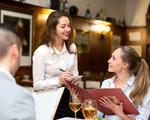 Bạn sẽ ngỡ ngàng khi biết lý do không nên nhờ nhân viên phục vụ gợi ý món lúc đi ăn nhà hàng