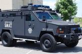 """Mỹ: Xe bọc thép và hàng chục cảnh sát vũ trang """"xiết nợ"""" cụ ông 75 tuổi"""