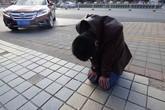 Chàng trai quỳ trên phố 30 ngày để xin lỗi bạn gái