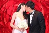Công Vinh hôn Thủy Tiên đắm đuối trong tiệc cưới