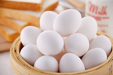 Phân biệt trứng gà bị tẩy trắng