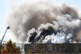 Mỹ: Kinh hoàng máy bay đâm thẳng tòa nhà, 4 người thiệt mạng