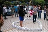 Chàng trai cầu hôn bạn gái bằng 99 chiếc iPhone 6