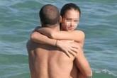 """Cặp đôi bị """"dính nhau"""" vì """"mây mưa"""" cuồng nhiệt giữa biển"""