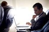 """""""Ngã ngửa"""" vì mất gần 1.200 USD chỉ để đọc email trên máy bay"""