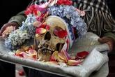 Dựng tóc gáy lễ hội làm đẹp cho... đầu lâu người chết