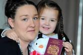 Chàng trai bí ẩn xuất hiện trên hộ chiếu bé gái 3 tuổi