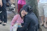 Mẹ khóc ngất bên thi thể con trai 12 tuổi bị xe tải cán