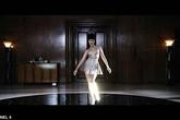 Nữ ca sỹ mang chân giả gây xôn xao