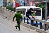 Cảnh sát đuổi bắt người đi bộ ở đường trên cao