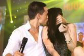 Kim Lý - Trương Ngọc Ánh ngồi bệt và trao nhau nụ hôn cháy bỏng