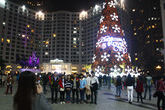 Dân Hà Nội đổ xô đi chụp ảnh với cây thông Noel khổng lồ