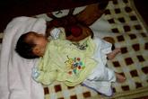 Bé 2 tháng tuổi bị bỏ rơi giữa đêm lạnh trước trường mầm non