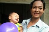 """Nụ cười """"thả phanh"""" của bé 2 tuổi bị bỏ rơi trên taxi gây xúc động tuần qua"""
