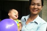 Nụ cười của bé trai 2 tuổi bị bỏ rơi trên taxi