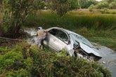 Xe hơi lao xuống ruộng, gia đình bác sĩ và tài xế tử nạn