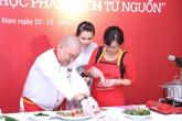 """""""Siêu đầu bếp"""" Nguyễn Văn Tú thử nghiệm nhiều món ăn lạ"""