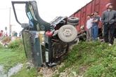 Xe tải bị tàu chở hàng hất văng xuống ruộng, 1 người bị thương