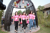 Thí sinh Hoa hậu Việt Nam ăn mặc giản dị bên trẻ khuyết tật