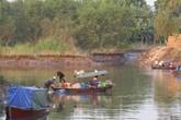 Dân khiếp sợ vì hơn 300 tấn hóa chất tràn ra ngoài kênh