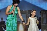 Mỹ Linh cùng bố chồng và con gái đứng chung sân khấu