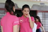 Người đẹp Hoa hậu Việt Nam khóc khi thăm gia đình chính sách