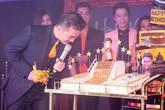 Bánh dát vàng, đồng hồ gần 400 triệu đồng xôn xao showbiz tuần qua