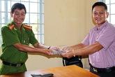 Trung tá công an trả người dân chiếc ví chứa đầy tiền