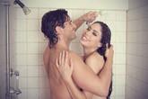 """""""Yêu"""" khi tắm không cần dùng thuốc tránh thai?"""