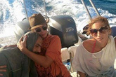 Bức ảnh cựu người mẫu cứu người di cư trên biển gây sốt vì xúc động