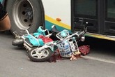 Tài xế bất cẩn, cô gái trẻ bị xe buýt cán chết