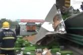 Ô tô gặp nạn trên cao tốc, tiền vương vãi khắp nơi