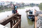 Đi vào cầu đang tháo dỡ, đôi nam nữ rơi xuống sông