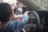 Bố cho con 4, 5 tuổi lái xe trên phố gây sốc