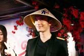 Huỳnh Hiểu Minh đội nón lá Việt trong tiệc sinh nhật