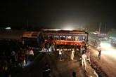 Tàu hỏa đâm đứt đôi ôtô, nhiều toa trật khỏi đường ray