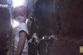 Toát mồ hôi giải cứu bé trai mắc kẹt giữa 2 bức tường hẹp