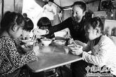 Triệu phú lâm cảnh nợ nần vì cưu mang 75 đứa trẻ